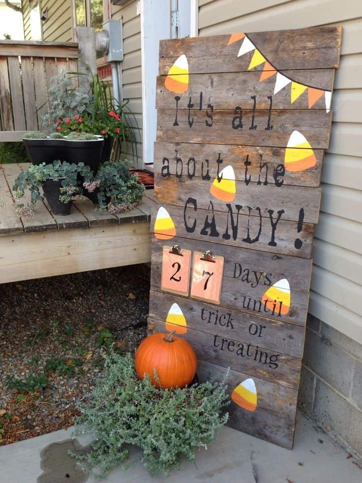 60 outdoor fall decor ideas happy go lucky for Wooden yard decorations