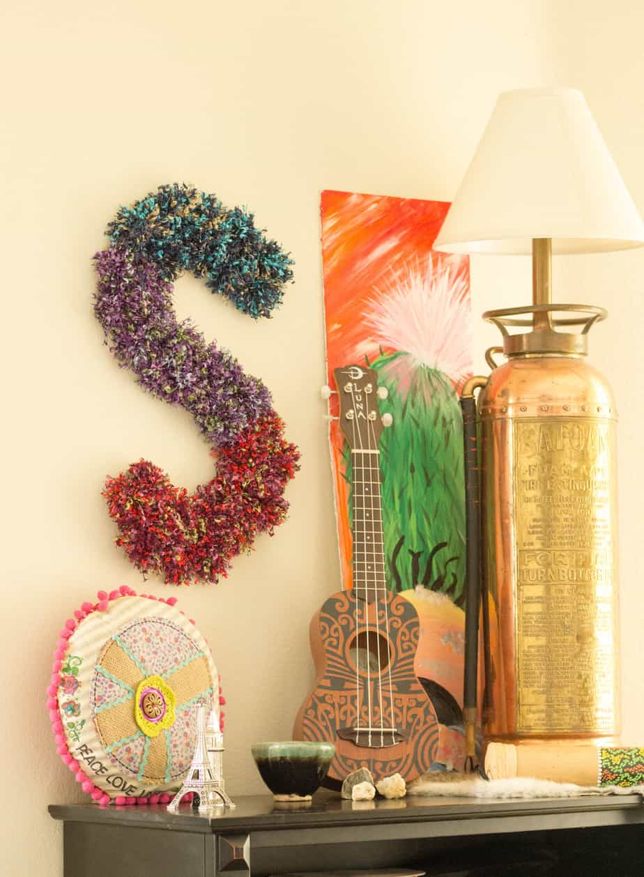 yarn-crafts-projects-with-yarm-pom-poms-wall-hanging-monogram-6