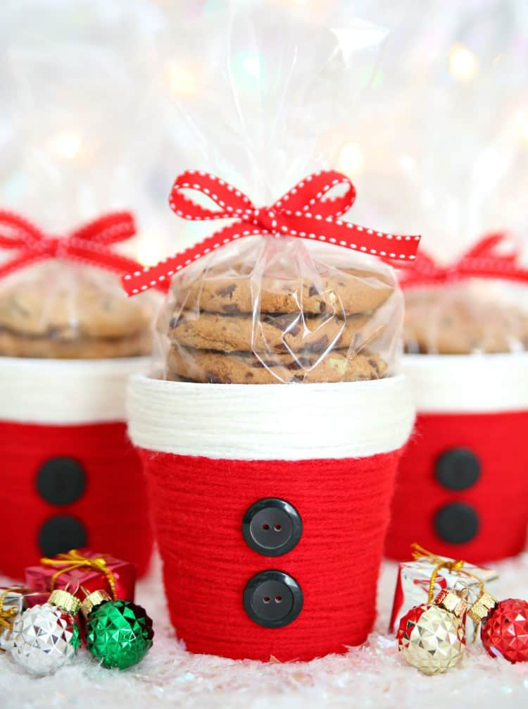 Turn plain flower pots into these adorable Yarned Wrapped Santa Treat Cups using your handy dandy glue gun. Then, fill with cookies, candy or even a succulent for the cutest little Christmas gift ever!