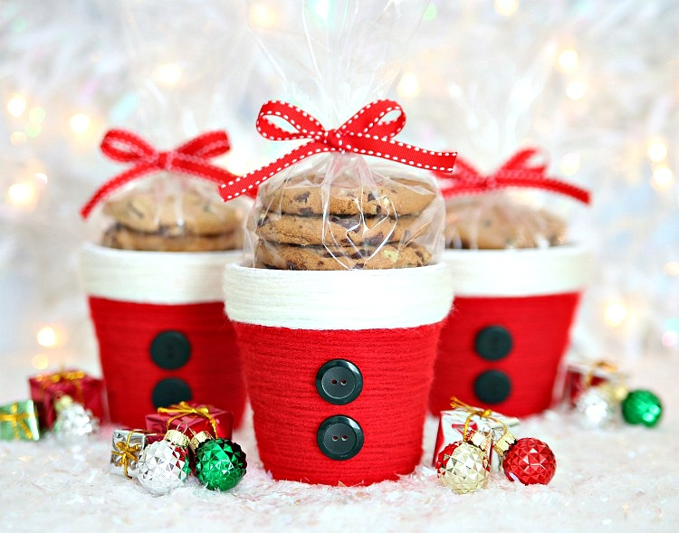 Make these adorable Santa Treat Cups with yarn and a few other craft supplies for a fun and easy Christmas gift.